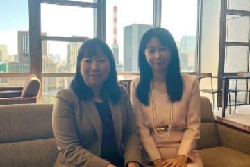 「結婚の自由をすべての人に」訴訟弁護団の寺原真希子弁護士(東京弁護団共同代表)と南川麻由子弁護士(左)