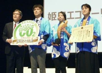 「低炭素杯2019」で環境大臣賞グランプリを受賞した姫島村の「姫島エコツーリズム推進協議会」のメンバーら=8日午後、川崎市