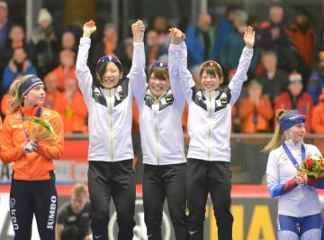 女子団体追い抜きで優勝した日本の(左から)高木美帆、佐藤綾乃、高木菜那=インツェル(共同)