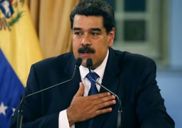 8日、ベネズエラ・カラカスで記者会見するマドゥロ大統領(ロイター=共同)