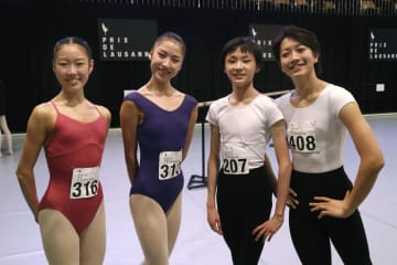 最終選考進出を決め、笑顔の(左から)住山美桜さん、佐々木須弥奈さん、淵山隼平さん、脇塚優さん=8日、スイス・ローザンヌ(共同)
