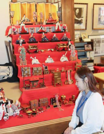 【展示している小津家ゆかりのひな飾り=松阪市愛宕町2丁目の小津安二郎青春館で】