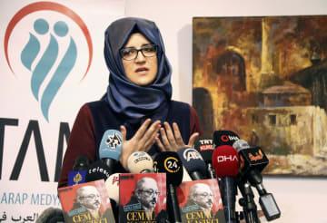 殺害されたサウジ人記者ジャマル・カショギ氏に関する書籍出版に合わせ、記者会見する婚約者ハティジェ・ジェンギズさん=8日、トルコ・イスタンブール(共同)