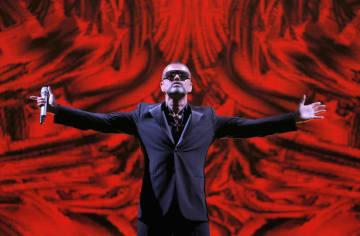 2012年9月にパリで行われたコンサートでパフォーマンスを披露するジョージ・マイケルさん(AP=共同)