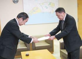 松本委員長(右)から意見書を受け取る岩倉市長