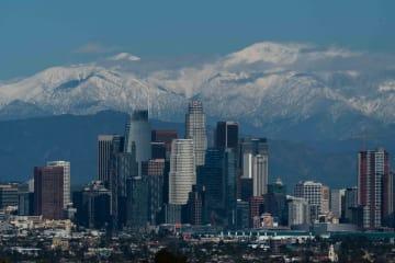 雪山を背景にした米ロサンゼルスの高層ビル群