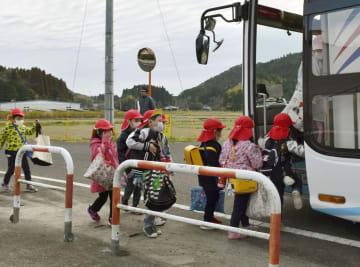 避難訓練で九電の手配したバスに乗り込む保育園児=9日午前、鹿児島県薩摩川内市