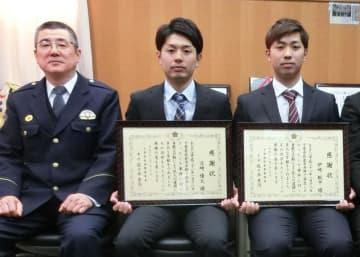 佐々木署長(左)から感謝状を贈られた伊崎さん(右)と立崎さん=佐倉署