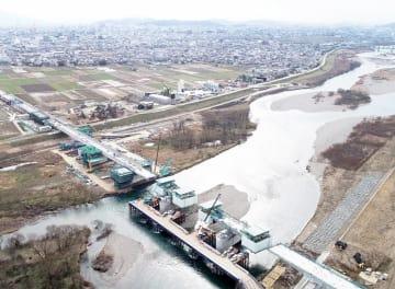 北陸新幹線福井県内開業に向け、着々と整備が進む九頭竜川橋=2月8日、福井県福井市上野本町上空から日本空撮・小型無人機ドローンで撮影