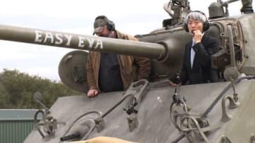 戦車に乗る登坂淳一さん(右) =TBS提供