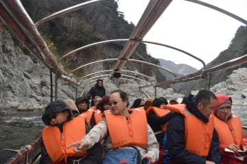 遊覧船から大歩危峡の景色を楽しむ台湾からの観光客=三好市山城町西宇
