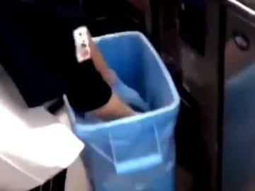 ゴミ箱から切り身を取り出すアルバイト店員(ツイッター投稿の動画から)