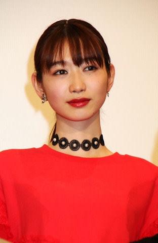 映画「BACK STREET GIRLS-ゴクドルズ-」の公開記念舞台あいさつに登場した岡本夏美さん