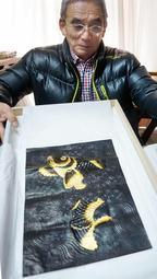 シーボルトが持ち帰った「金唐革紙」と図柄などが同じ革生地を手にする林久良さん=姫路市花田町