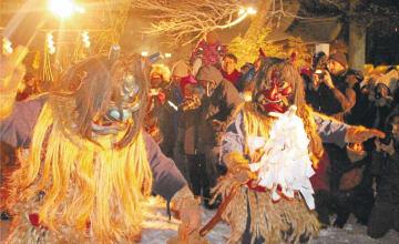 真冬の真山神社でナマハゲが勇壮に舞った=8日午後7時ごろ、秋田県男鹿市