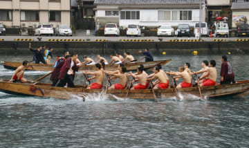 「水門祭」で勇ましく櫂伝馬のかいをこぐ若者ら=9日午後、和歌山県串本町大島