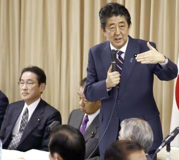 自民党の全国幹事長会議であいさつする安倍首相。左は岸田政調会長=9日午後、東京・永田町の党本部