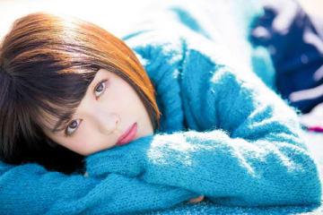 「CM NOW Vol.197」に青のニット姿で登場した浜辺美波さん