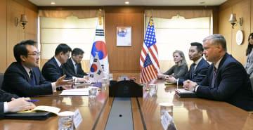 9日、ソウルの韓国外務省で李度勲・朝鮮半島平和交渉本部長(左端)と会談する米国のビーガン北朝鮮担当特別代表(右端)(共同)