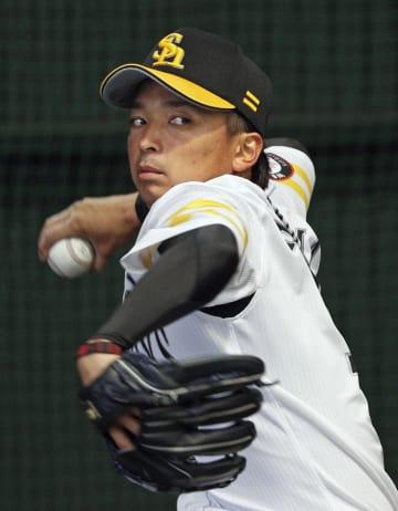 ブルペンで投球練習するソフトバンク・東浜=宮崎