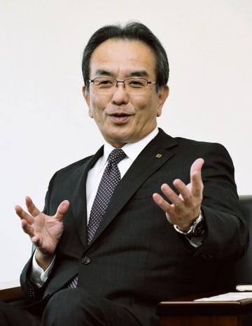 インタビューに応じる京セラの谷本秀夫社長