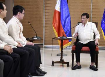 9日、フィリピン・ダバオで会談する(右から)ドゥテルテ大統領と河野外相(共同)