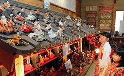 淡路瓦の屋根の上などにずらりと並ぶひな人形=南あわじ市産業文化センター