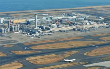 羽田空港の滑走路とターミナルビル=2017年1月