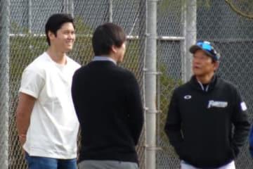 日本ハムの春季キャンプを訪問した大谷翔平(左)と栗山英樹監督(右)【写真:盆子原浩二】