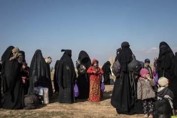 バグズ村での戦闘から避難した民間人=9日、シリア・バグズ村(ゲッティ=共同)