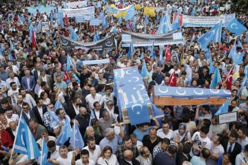 中国政府のウイグル族政策に抗議するトルコ在住のウイグル族ら=2015年7月、イスタンブール(AP=共同)