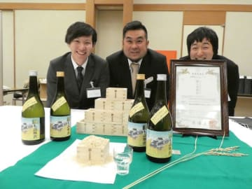 完成を喜ぶ山田錦を栽培した永井さん(中央)ら若手農業者