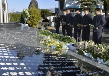 えひめ丸事故の慰霊碑に献花する宇和島水産高の生徒=10日午前、愛媛県宇和島市