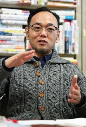 インタビューに応じる小西准教授=長崎市文教町、長崎大