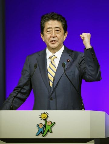 自民党大会で演説する安倍首相=10日午前、東京都内のホテル