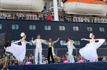 見送りイベントでショーを披露するハウステンボス歌劇団=佐世保港三浦岸壁