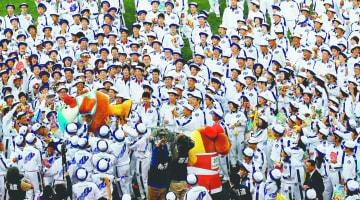 県選手団解団式の後、笑顔いっぱいの選手たちに胴上げされるマスコットキャラクター、がんばくん=諫早市、県立総合運動公園陸上競技場