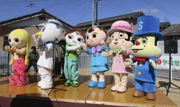 やなせたかしさんの生誕100年を記念したイベントに登場した、やなせさんがデザインしたキャラクターの着ぐるみ=10日、高知県南国市