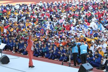 軽快なトークとライブで会場を沸かせたさださん=諫早市、県立総合運動公園陸上競技場