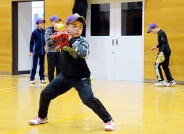 体育館で練習に励む帯島スポーツ少年団の選手たち。球数制限の導入は、チームづくりや指導の転換点となりそうだ=洋野町大野・帯島トレーニングセンター