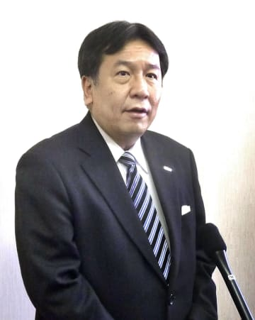 記者団の取材に応じる立憲民主党の枝野代表=10日午後、長崎県大村市