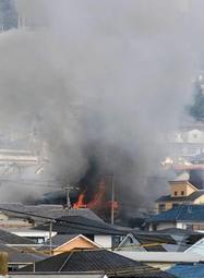 炎を上げて燃える民家=10日午前10時31分、神戸市東灘区御影山手