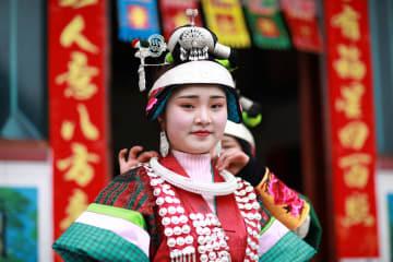 晴れ着で新年祝う 貴州省丹寨県