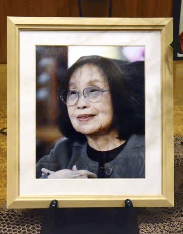 熊本県水俣市で開かれた朗読発表会の会場に飾られた石牟礼道子さんの写真=10日午後