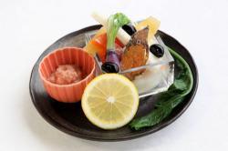 参加店の料理の一例。ふなずしの「飯」を根菜用ソースに用いている