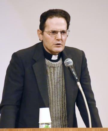 講演するイエズス会日本管区のレンゾ・デ・ルカ管区長=10日午後、長崎県新上五島町