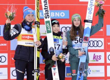 W杯ジャンプ女子個人第15戦で今季初優勝し、表彰台で笑顔の高梨沙羅(中央)=リュブノ(共同)