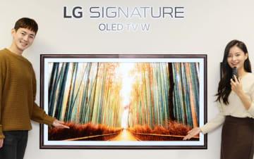 韓国のテレビ大手であるLG電子とサムスン電子は、有機ELテレビなど高級製品でシェア拡大を図る。写真はLG電子の高級シリーズ「シグニチャー」の有機ELテレビ(LG電子提供)