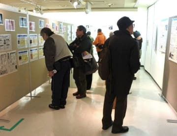 大勢の人が訪れた「戦争の加害パネル展」=かながわ県民センター