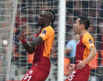 サッカーのトルコ1部リーグ、トラブゾンスポル戦でチームメートとゴールを喜ぶガラタサライの長友=10日、イスタンブール(ゲッティ=共同)
